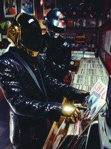 Photoshoot de Daft Punk avec le vinyle de Chic
