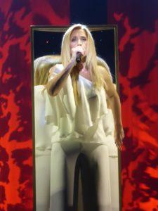 Photo de Lara Fabian chantant Amourexique au Cirque Royal de Bruxelles