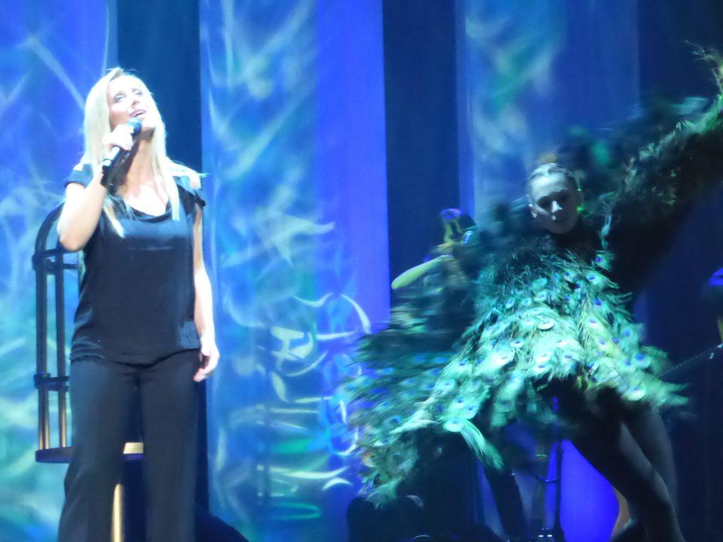 Photo de Lara Fabian interprétant Que j'étais Belle en concert