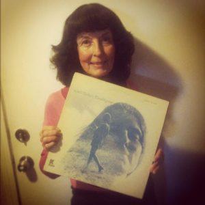 Photo de Linda Perhacs en 2012 tenant son album Parallelograms